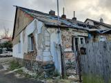 Chátrající domy hyzdí město a ohrožují kolemjdoucí