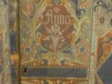 """Pravnučka """"českého Edisona""""  darovala muzeu vzácnou malovanou skříň"""