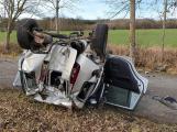 Jednadvacetiletý řidič narazil do stromu a přetočil auto na střechu. V místě přistál vrtulník