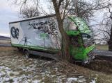 Na namrzlé silnici dostal smyk, zastavil až o strom