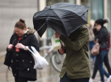 Meteorologové varují: Žene se velmi silný vítr, omezte pobyt venku