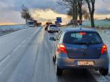 Ledovka komplikuje dopravu. Situaci na silnicích sledujeme on-line