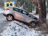 Sníh komplikuje dopravu. U Hluboše havarovalo auto do stromu