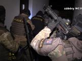 Personální agentury měly okrást stát o téměř 200 milionů. Při policejní razii zadrželi 23 osob