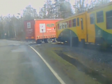 Záběry z palubní kamery: Řidič nákladního vozidla vjel přímo pod projíždějící vlak