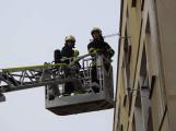 Požár na balkoně bytového domu likvidovaly dvě jednotky hasičů