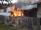 Hasiči vyjížděli k požáru pergoly v Podlesí, plameny se rozšířily i na vedlejší budovu