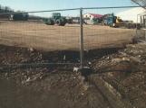 Stavba skladovacího areálu poškodila okolní domy. Obec volá po nápravě