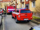 Opilí manželé při vaření usnuli a málem vyhořeli. Sousedi zalarmovali hasiče, záchranku i policii