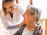 Dobrovolníci pomohou seniorům, kteří se bojí vycházet ven