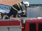 Hasiči likvidují požár filtrační jednotky v areálu výrobní firmy v Bohutíně