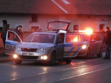 Rozsáhlá policejní akce na Příbramsku: Kriminalisté zadrželi dva podezřelé muže, kteří měli položit betonové pražce na koleje
