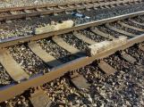 Ke střetu vlaku s betonovými pražci chybělo několik metrů