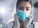 Počet nakažených koronavirem překročil v Česku dvoutisícovku