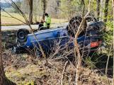 Řidič Seatu přetočil auto na střechu, vyvázl bez zranění