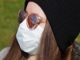 Nosit roušky na veřejnosti má smysl, i když člověk nemá žádné příznaky nemoci COVID-19