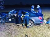 Po nehodě skončily ve vozidle dvě zaklíněné osoby. Na pomoc přiletěl záchranářský vrtulník