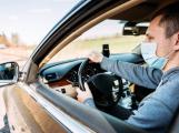 Členové domácnosti jedoucí v jednom autě nebudou muset nosit roušky