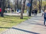 Policie: Lidé se shlukují ve skupinkách, roušky nosí na krku
