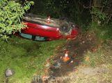 Řidičku oslnilo protijedoucí auto, skončila na střeše