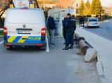 Příbramští kriminalisté vyšetřují úmrtí muže nalezeného u zastávky ve Vysoké Peci