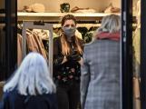 Zákazníci v prodejnách nebudou smět zkoušet oblečení nebo prohlížet knihy