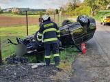 Řidič u Březnice přetočil auto na střechu, na místo spěchal vrtulník