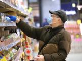 Vláda dál seniorům ponechává v platnosti vymezené doby v obchodech
