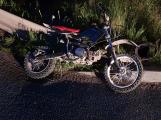 Opilý motorkář vjel před projíždějící auto, s lehkým zraněním skončil v nemocnici