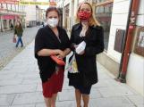 I když lidé ode dneška nemusí venku nosit roušky, velká část z nich si i dál ústa a nos zakrývá