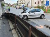 Řidička Peugeotu po technické závadě zdemolovala oplocení