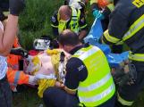 Motorkář přišel při havárii u Lochovic o nohu, první pomoc muži poskytla projíždějící zdravotní sestra