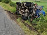 U Nepřejova skončilo převrácené fekální vozidlo na boku, řidič vyvázl bez zranění