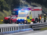 Řidič dostal na mokré vozovce smyk a havaroval do svodidel. Doprava na dálnici D4 byla omezena
