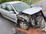 Mokrá vozovka si vybrala další daň. Řidič Renaultu nezvládl jízdu po dálnici, zdemoloval auto o svodidla