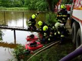 Kamenický rybník hrozil přetečením, hasiči odčerpávají vodu