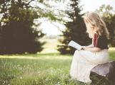 Doporučení knihkupkyně: Na prázdniny přibalte Břicho nestvůry, Plachetnici na vinětách nebo Hornické pohádky