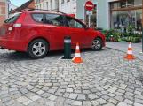 Pěší zóna v Pražské se dočkala výsuvných sloupků. Opatření vítají záchranáři