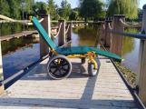 Lehátko do vody pro imobilní si lze na Nováku bezplatně zapůjčit v půjčovně sportovního vybavení