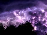 Meteorologové varují: V neděli přijdou bouřky doprovázené krupobitím a silným větrem