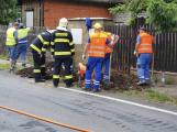 V Jincích dělníci překopli plynové potrubí. Hasiči evakuovali lidi z okolních domů