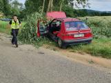 Řidička felicie narazila u Velké Lečice do stromu, na pomoc spěchal vrtulník