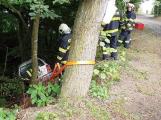 Řidič nezatáhl ruční brzdu, auto skončilo mezi stromy ve stráni