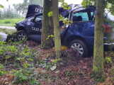 U Lazska narazil taxík do stromu, řidiče odvezli do nemocnice
