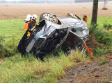 Strakonická zažívá další komplikace. Řidič superbu skončil za svodidly na střeše