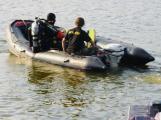 Policisté stále pátrají po dvaačtyřicetiletém muži, který vyskočil u Radavy z člunu a nevyplaval