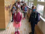 Ministerstvo zdravotnictví od pátku nařizuje nošení roušek ve školách i při vyučování