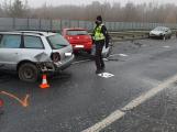 Dvě nehody uzavřely dálnici D4 v obou směrech, havarovalo 9 aut