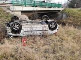 U Lhoty skončil Peugeot na střeše, řidič v nemocnici