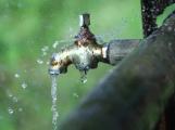 Vodohospodáři evidují zvýšené úniky vody a vyzývají ke kontrole objektů